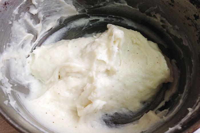 バケットの上にのせるので、固めに仕上げています。スープやスパゲティに使う場合は、牛乳で好みの濃さに伸ばしましょう