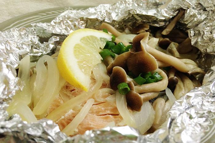 醤油とレモンの代わりにポン酢で食べてもとっても美味しいです。塩鮭の場合は野菜をもっと多く入れればちょうどいい塩梅に