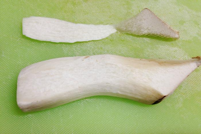 半分に切ったエリンギは下になる部分を少しカットしておくと、後にのせるパン粉がこぼれにくくなります。切った部分は刻んでパン粉に混ぜてもOK