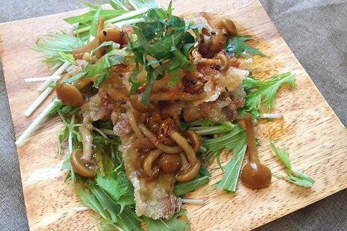 カリッと揚げたスライス豚肉に、なめこと大根おろしをかけて食感を楽しむレシピです。天ぷら鍋を使わずにフライパンで揚げるので、たくさんの油を使わずに済みます。