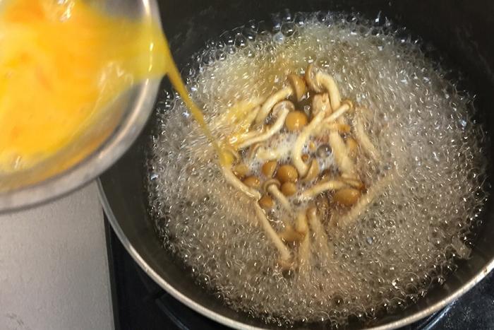 火を止めてからではなく、沸騰させているところに細〜く回し入れるのが、ふわふわの卵を作るコツです。菜箸を伝せると細く落としやすいです。