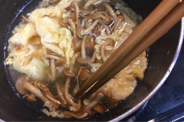 塩胡椒を入れたら、ぐるっと一周菜箸で混ぜましょう。混ぜすぎるとふわふわの卵が崩れてしまうので注意してください。