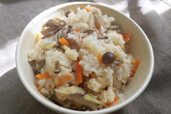 秋になると食べたくなる炊き込み御飯。実りの秋の象徴しめじを使ってシンプルに素材の味を楽しみます。