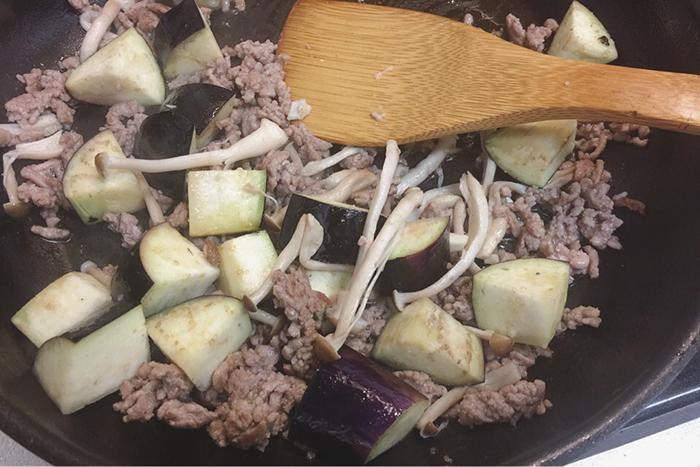 挽肉の旨味を、しっかりと茄子としめじに閉じ込めます。