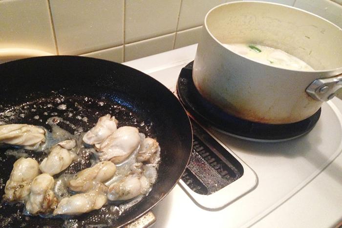 牡蠣を焼くタイミングを合わせることで余分な加熱を防ぎ、プリプリの状態で調理できます