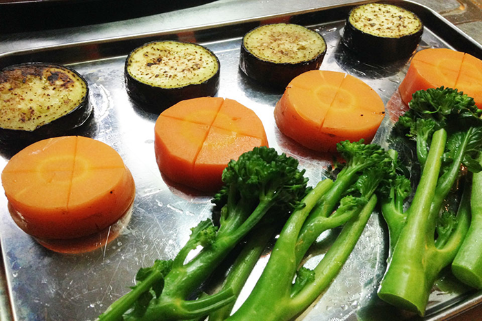 野菜は火が通りにくい順に調理します。人参→ナス→ブロッコリーです