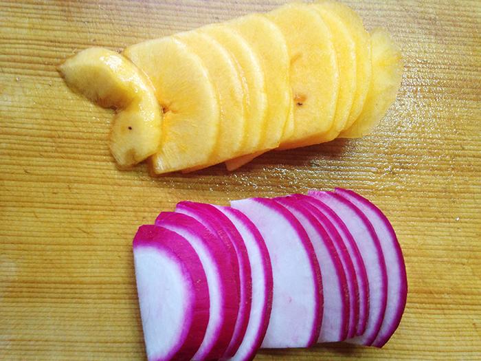 サイズを揃えておくと並べやすく、見栄えもキレイです。柿は少し固めのものを選ぶようにしましょう