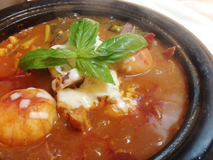 材はお好みで何でも良いですが、魚介類だけは忘れずに!鍋の旨味が格段に変わります