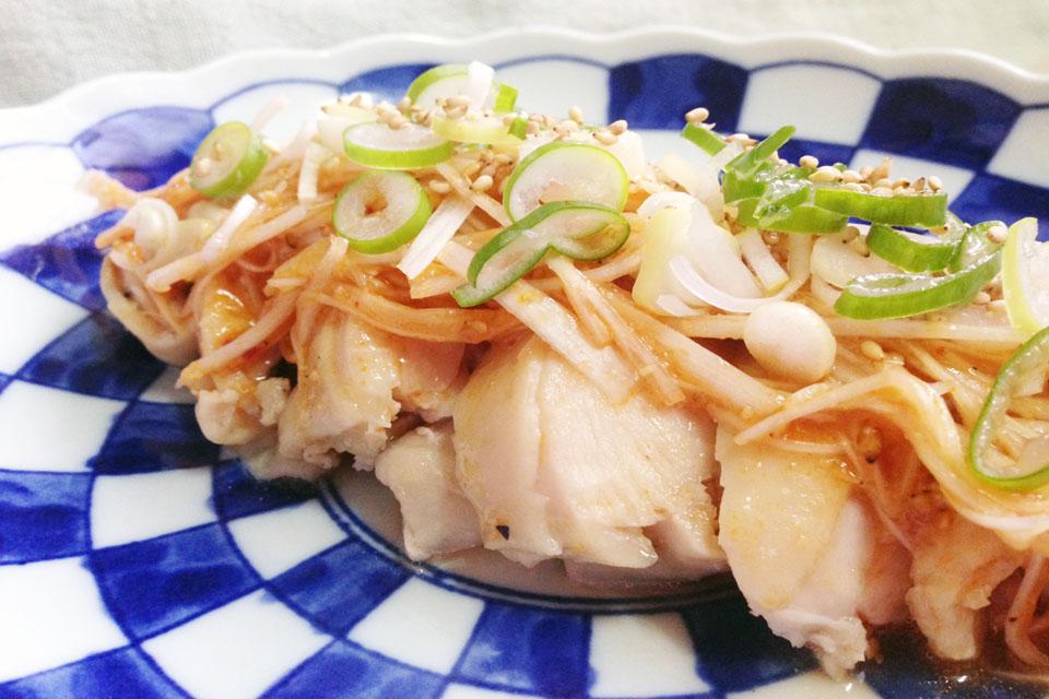 ※炊飯器で簡単に出来る蒸し鶏に、白ネギの豆板醤ソースを合わせて中華風に