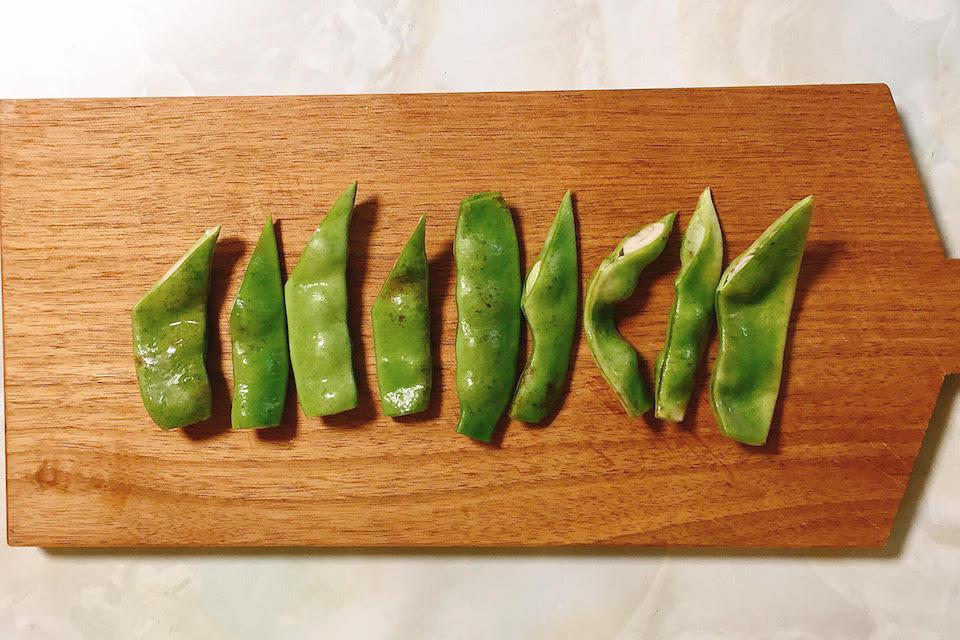 モロッコ豆はスジがあればとり、軸は切り落として大きいものは半分にカット
